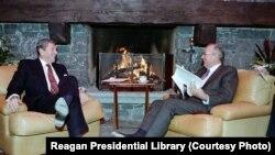 აშშ-ის პრეზიდენტი რონალდ რეიგანი და სსრკ-ის გენერალური მდივანი მიხეილ გორბაჩოვი, 1985 წლის 19 ნოემბერი, ჟენევა, შვეიცარია