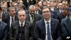 Arhiva - Predsednik Turske Rečep Tajip Erdogan (levo) i predsednik Srbije Aleksandar Vučić prisustvuju srpsko-turskom biznis forumu u Beogradu, Srbija, 10. oktobra 2017.