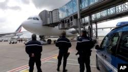 نیروهای امنیتی مقابل هواپیمای ایرباس A330 ایرفرانس که به تهران می رود - یکشنبه، فرودگاه پاریس