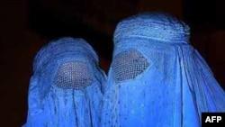 Hai phụ nữ Hồi giáo Afghanistan trang phục phủ kín từ đầu tới chân