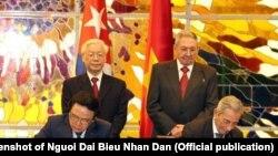Lãnh đạo của hai quốc gia Cộng sản Việt Nam và Cuba ký kết một văn kiện hợp tác hôm 29/3/2018. Cuba trong hiến pháp mới từ bỏ xây dựng chủ nghĩa Cộng sản nhưng truyền thông Việt Nam tránh đưa thông tin này.