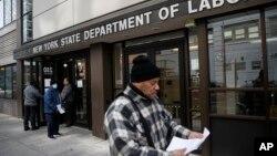 Para pendaftar klaim pengangguran di New York diminta pulang petugas karena khawatir perebakan virus corona (foto: dok).
