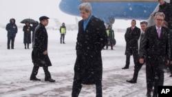 美国国务卿约翰.克里2月5日抵达基辅的鲍里斯波尔机场。