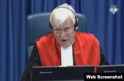 Alphons Orie, predsjedavajući Sudskim vijećem, izriče presudu Ratku Mladiću