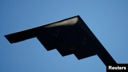 미국 캘리포니아주 패서디나 상공을 날고있는 B-2 스텔스 폭격기. (자료사진)