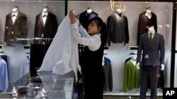 북한 상류층을 겨낭해 지난 5월 초 평양에 개업한 해당화관 쇼핑몰에서 점원이 상품을 진열하고 있다.