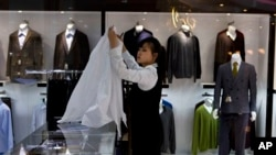 북한 상류층을 겨낭해 지난해 5월 평양에 개업한 해당화관 쇼핑몰에서 점원이 상품을 진열하고 있다. (자료사진)