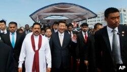 中国国家主席习近平和斯里兰卡当时的总统拉贾帕克萨2014年参加斯里兰卡科伦坡港口城建设的启动仪式,这个建设项目资金大部分由中国贷款。(资料照)