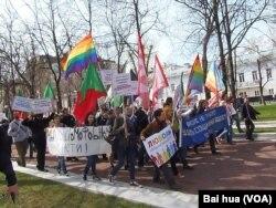 2012年5月1日LGBT 活动人士在莫斯科市中心组织的一场游行。目前想组织类似游行已经很难。 (美国之音白桦拍摄)