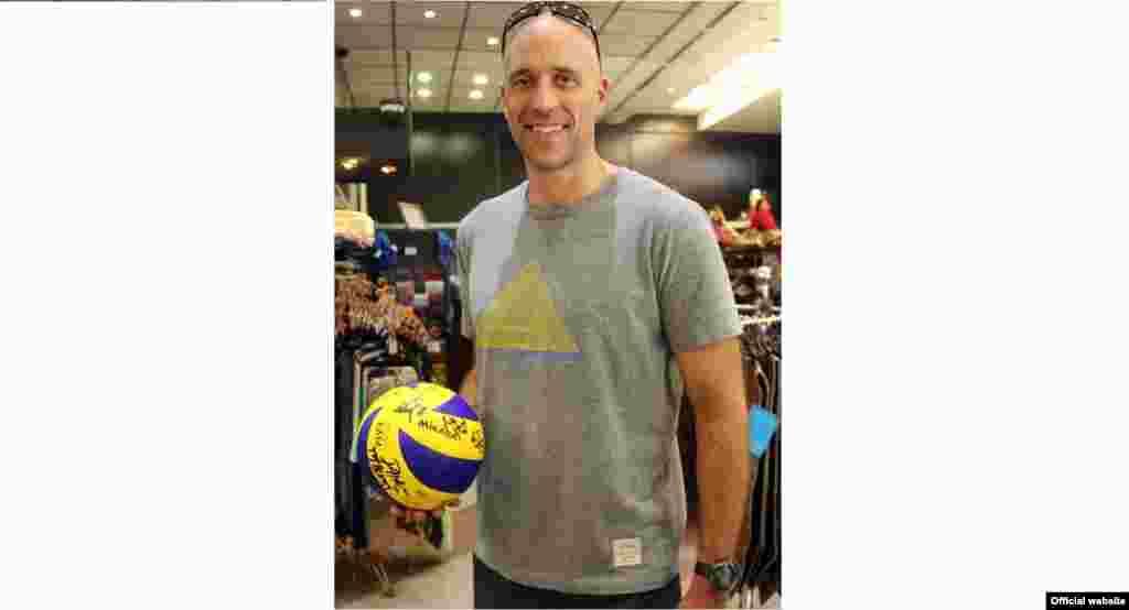 سرمربی تیم ملی والیبال آمریکا توپ امضا شده توسط بازیکنان و کادر فنی این تیم را به برج میلاد هدیه داد.