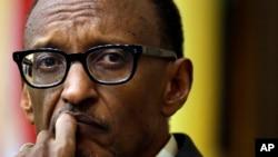 Le président rwandais Paul Kagame, d'un air pensif, suit une question posée lors d'une discussion de panel au campus universitaire de Tufts, mardi 22 avril à Meford.