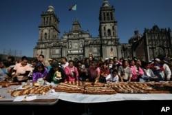 Rosca de Reyes gigante en Ciudad de México en el día de la Epifanía.