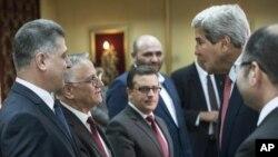 Ngoại trưởng Mỹ John Kerry được các thành viên Quốc hội Iraq tiếp đón tại Baghdad, ngày 10/9/2014.