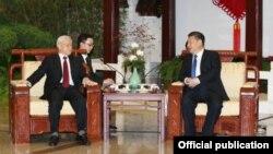 Ông Nguyễn Phú Trọng gặp ông Tập Cận Bình trong chuyến thăm chính thức Trung Quốc vào năm 2017.