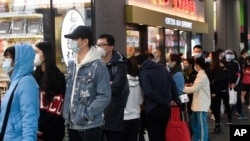 People line up to enter a supermarket hours before a citywide curfew is introduced in Melbourne, Aug 2, 2020.