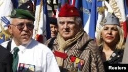 Des anciens combattants français de la guerre d'Algérie protestant contre le film Hors La Loi de Rachid Bouchareb en compétition au 63e Festival de Cannes le 21 mai 2010. (REUTERS/Eric Gaillard)