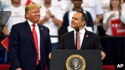맷 베빈 켄터키주 주지사가 4일 켄터키주 렉싱턴 유세현장에서 도널드 트럼프 미국 대통령이 지켜보는 가운데 연설하고 있다.