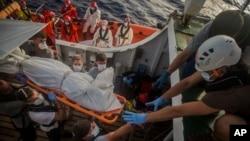 Le corps d'un migrant transporté sur une civière lors d'une opération de secours de l'ONG Proactiva Open Arms à Sabratha, Libye, 25 juillet 2017.