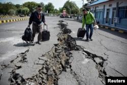 Jalanan yang rusak di kawasan Pelabuhan Kayangan, Lombok, 20 Agustus 2018. (Foto: Antara)