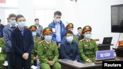 Cựu Chủ tịch UBND TP. Hà Nội Nguyễn Đức Chung (ngồi giữa hai công an) bị tuyên án 5 năm tù, ngày 11/12/2020.