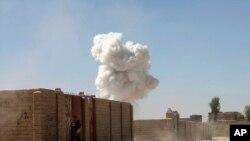 ផ្សែងនៅកន្លែងវាយប្រហារអត្តឃាតនៅក្រុង Lashkar Gah ខេត្ត Helmand ប្រទេសអាហ្វហ្គានីស្ថាន កាលពីថ្ងៃចន្ទ។ ការបំផ្ទុះនេះបានសម្លាប់មនុស្ស១៤នាក់ ដែល១០នាក់ជាប៉ូលិស។