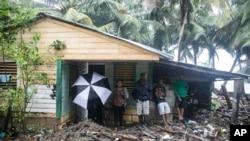 Una vivienda en República Dominicana rodeada de desechos luego del paso del huracán Irma en Nagua. Sept. 7, 2017.