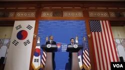 Presiden Amerika Barack Obama dan Presiden Korea Selatan Lee Myung-bak dalam konferensi pers di Seoul, Korea Selatan, 11 Nov 2010