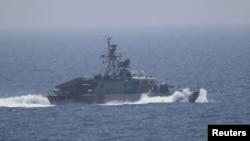 지난달 11일 호르무즈 해협에서 미군 고위 장성이 탑승한 군함에 이란 군함과 쾌속정이 접근해서 긴장이 고조됐다. 당시 미군이 촬영한 이란 군함. (자료사진)