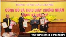 Chủ tịch UBND tỉnh Bắc Giang trao giấy chứng nhận đầu tư cho các tập đoàn, doanh nghiệp. Foxconn sẽ xây dựng nhà máy sản xuất máy tính cho Apple tại Bắc Giang.