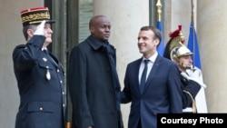 Prezidan ayisyen an, Jovenel Moise, ak prezidan fransè a, Emmanuel Macron, anvan yon rankont nan vil Pari, nan dat 11 desanm 2017 la.