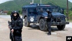 Pripadnici Kosovske policije u akciji u selu Čabra na severu Kosova, 28. maja 2019. (Foto: AP/Visar Kryeziu)