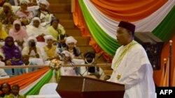 Le président du Niger Mahamadou Issoufou donne un discours à Niamey, le 2 avril 2016.