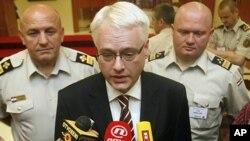 Predsjednik Josipović daje izjavu novinarima nakon otvaranja skupa NATO-a