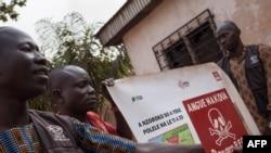 Les membres du personnel de l'ONG DanChurchAid (DCA) organisent un atelier de sensibilisation aux explosifs dans le quartier de Fatima 1, 3ème arrondissement, Bangui, 19 décembre 2017.