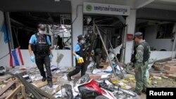 Petugas kepolisian distrik Kok Po memeriksa lokasi ledakan di provinsi Pattani, selatan Bangkok (11/9).