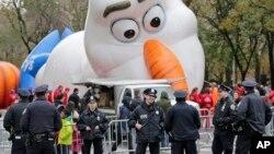 "Petugas polisi berdiri di dekat tempat balon besar karakter Olaf dari ""Frozen"" yang sedang digelembungkan untuk parade Hari Thanksgiving di New York, Rabu, 22 November 2017."