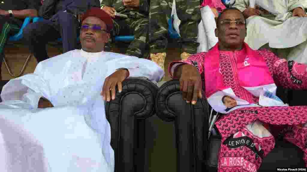 Le president du Niger, Mahamdou Issoufou, et Pascal Affi N'Guessan du FPI au stade Seyni Kountché de Niamey, 18 février 2016 (VOA/Nicolas Pinault)