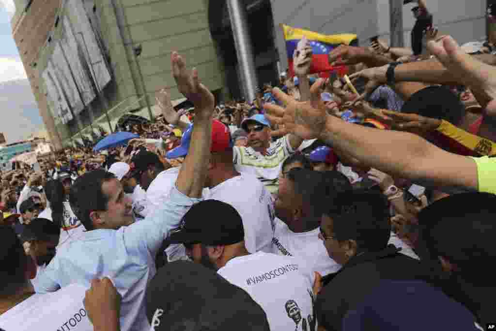 خوان گوایدو، رئیس جمهوری موقت ونزوئلا پس از سخنرانی در میان هواداران خود در یک گردهمایی