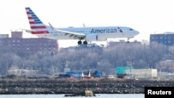An American Airlines Boeing 737 Max 8, on a flight from Miami to New York City, comes in for landing at LaGuardia Airport in New York, U.S., March 12, 2019. (REUTERS/Shannon Stapleton)