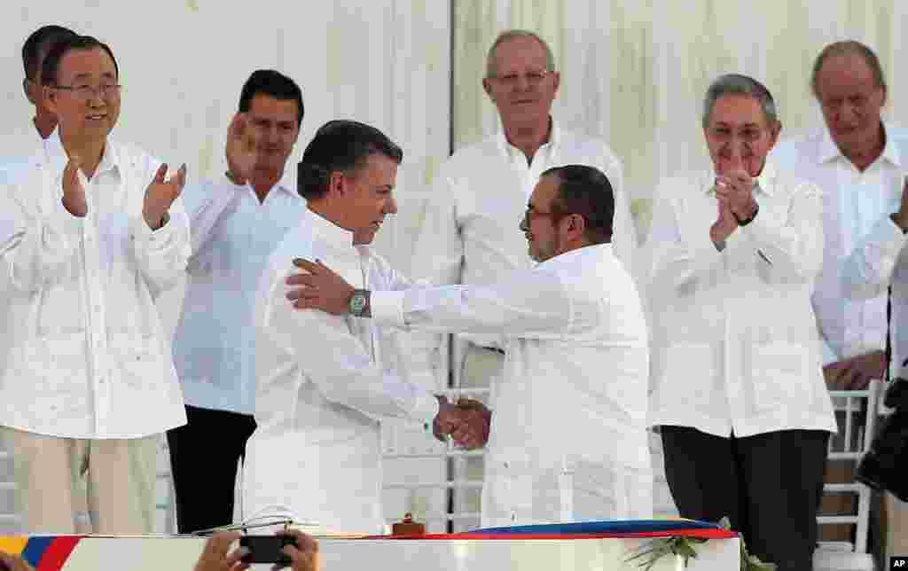 همه چیز از این عکس شروع شد. «خوان مانوئل سانتوس» رئیس جمهوری کلمبیا هفته پیش گفت با شورشیان چپگرای فارک به توافق صلح رسیده است. چهار سال مذاکره بالاخره به یک جنگ ۵۴ ساله پایان داد. رئیس جمهوری کلمبیا در حالی با رهبر فارک دست داد که برای اجرای توافق، نیاز به رای مردم در یک همه پرسی داشت.