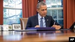باراک اوباما رئیس جمهوری ایالات متحده در دفتر کاخ خود - آرشیو
