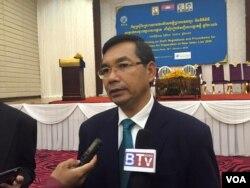 លោក គួយ ប៊ុនរឿន អនុប្រធានគណៈកម្មាធិការជាតិរៀបចំការបោះឆ្នោតថ្មី ផ្តល់បទសម្ភាសន៍ដល់ក្រុមអ្នកសារព័ត៌មាន បន្ទាប់ពីកិច្ចប្រជុំពិគ្រោះយោបល់ស្តីពីការរៀបចំបទបញ្ជា និងនីតិវិធីសម្រាប់ការចុះឈ្មោះបោះឆ្នោត និងរៀបចំបញ្ជីបោះឆ្នោតថ្មី ឆ្នាំ ២០១៦ ដែលធ្វើឡើងនៅឯភោជនីយដា្ឋនទន្លេបាសាក់២ កាលពីថ្ងៃទី២៨ ខែមករា ឆ្នាំ២០១៦។ (ហ៊ុល រស្មី/VOA Khmer)