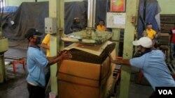 Pekerja mengepak tembakau yang akan dikirim ke beberapa industri besar rokok di Indonesia(foto: VOA/Petrus)