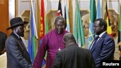 À droite Riek Machar, à gauche Salva Kiir, lors d'une prière à Addis Ababa le 9 mai 2014.