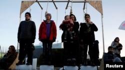 来自灭绝反抗组织的气候变化活动家12月14日在马德里联合国气候变化会议举行期间演出。(路透社)