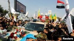 Nhừng người tiếc thương dự đám tang của Thiếu tướng Iran Qassem Soleimani là lãnh đạo lực lượng dân quân Iraq Abu Mahdi al-Muhandis thiệt mạng trong vụ không kích của Mỹ ở sân bay Baghdad, ngày 4 tháng 1, 2020.
