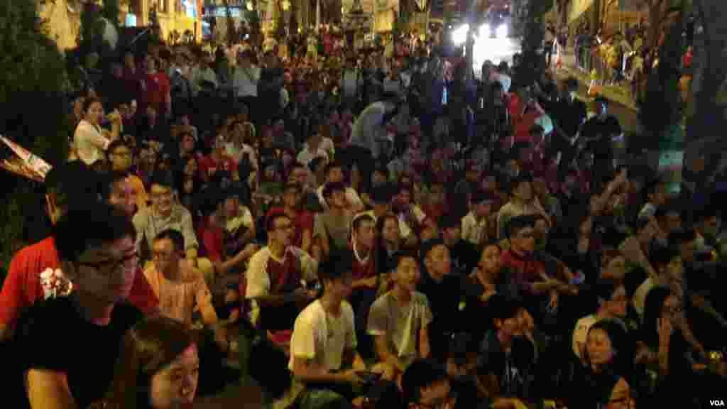 港人在港岛西环山道举行户外中港足球大战直播