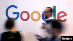 រូបភាពឯកសារ៖ ស្លាកសញ្ញាក្រុមហ៊ុន Google ត្រូវបានគេថតក្នុងការប្រជុំ Viva Tech ក្នុងទីក្រុងប៉ារីសប្រទេសបារាំងកាលពីថ្ងៃទី២៥ ឧសភា ឆ្នាំ ២០១៨។
