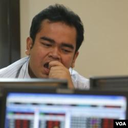 Pialang di Bursa Efek Indonesia mengamati jatuhnya nilai-nilai saham pasca-penurunan peringkat kredit AS pekan lalu (8/8).