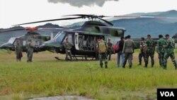 Danrem 132 Tadulako Kolonel (Inf.) Syaiful Anwar saat hendak terbang dari Lore Peore, Sabtu 19/3 (VOA/Yoanes). Syaiful Anwar termasuk satu di antara 13 korban tewas dalam kecelakaan helikopter.